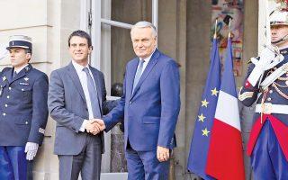Ο νεοδιορισθείς πρωθυπουργός Μανουέλ Βαλς γίνεται δεκτός στο Μέγαρο Ματινιόν από τον απερχόμενο προκάτοχό του, Ζαν-Μαρκ Ερό.