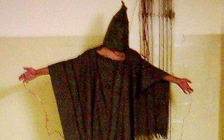 Μέθοδος «ενισχυμένης ανάκρισης» το 2003 στη φυλακή Αμπού Γκραΐμπ της Βαγδάτης.