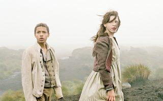 Οι ηθοποιοί Solomon Glave και Shannon Beer στην κινηματογραφική μεταφορά του βιβλίου της Εμιλι Μπροντέ «Ανεμοδαρμένα ύψη» από την Αντρέα Αρνολντ (2012).