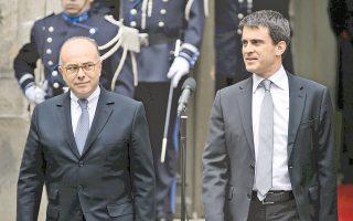 Ο πρωθυπουργός Μανουέλ Βαλς, μέχρι πρότινος υπουργός Εσωτερικών, παραδίδει το υπουργείο της πλατείας Μποβό στον διάδοχό του, Μπερνάρ Καζενέβ.