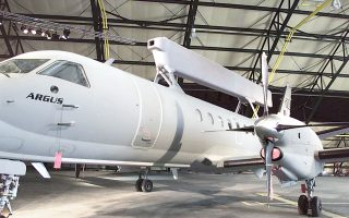 Η σύμβαση των ραντάρ είχε υπογραφεί το 1999 και το τελευταίο από τα τέσσερα ιπτάμενα ραντάρ είχε παραδοθεί στην ελληνική Πολεμική Αεροπορία δέκα χρόνια αργότερα.