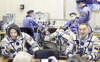 Εικόνα της 25ης Μαρτίου, όταν Αμερικανοί αστροναύτες και Ρώσοι συνάδελφοί τους έδιναν συνέντευξη Τύπου, ενόψει της μετάβασής τους στον Διαστημικό Σταθμό.