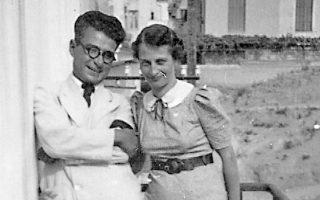 Xαμόγελα αρμονικής συζυγικής ζωής. O Hλίας Bενέζης με τη σύζυγό του Σταυρίτσα Mολυβιάτη.