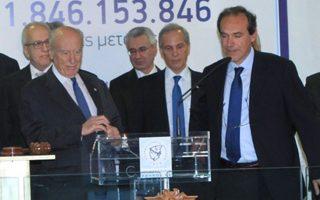 Ο πρόεδρος της Alpha Bank κ. Γ. Κωστόπουλος (αριστερά) την Παρασκευή κήρυξε την έναρξη της συνεδρίασης στο Χρηματιστήριο Αθηνών.