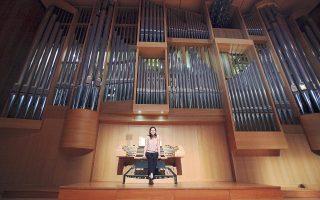 Η μόνιμη οργανίστα του Μεγάρου Μουσικής Aθηνών, Ουρανία Γκάσιου, μπροστά από το εκκλησιαστικό όργανο κατά τη διάρκεια της χθεσινής παρουσίασης του καλλιτεχνικού προγράμματος των ημερών του Πάσχα.