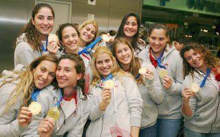 Οι «χρυσές» πολίστριες του Ολυμπιακού, σκόρπισαν χαμόγελα κατά την επιστροφή τους, μετά τον θρίαμβο στο φάιναλ 4 της Φλωρεντίας.