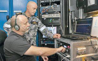 Με τα μάτια καρφωμένα στην οθόνη και τα ακουστικά στα αυτιά, υπό το άγρυπνο βλέμμα του κυβερνήτη του αυστραλιανού σκάφους «Οσεαν Σιλντ», ένας από τους συμμετέχοντες στην πολυεθνική έρευνα εντοπισμού του εξαφανισμένου αεροσκάφους των Μαλαισιανών Αερογραμμών προσπαθεί να εντοπίσει ηχητικά σήματα. Ο ρυμουλκούμενος από το «Οσεαν Σιλντ» ανιχνευτής μαύρων κουτιών «συνέλαβε» δύο ηχητικά σήματα τα οποία συ- νάδουν με τα σήματα που θα εξέπεμπε το «μαύρο κουτί» του Boeing, αναπτερώνοντας τις ελπίδες ότι το αεροσκάφος θα βρεθεί και θα λυθεί το αίνιγμα της εξαφάνισής του, δίνοντας απαντήσεις πρωτίστως στους συγγενείς των 329 επιβαινόντων