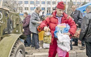 Πολίτες της πόλης Λουχάνσκ, στα ρωσοουκρανικά σύνορα, προσφέρουν τρόφιμα στους φιλορώσους καταληψίες κυβερνητικού κτιρίου. Η ένταση στην Ουκρανία πάλι κλιμακώνεται μετά το τελεσίγραφο του Κιέβου στους καταληψίες να αποχωρήσουν εντός 48 ωρών και να ακυρώσουν τα αποσχιστικά τους σχέδια.