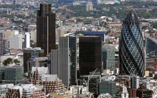 Παράγοντες των χρηματοπιστωτικών ομίλων και της αγοράς του Λονδίνου εκτιμούν ότι τυχόν αποχώρηση συνιστά απειλή στο βρετανικό επιχειρείν συνολικά.
