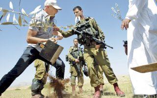 Παλαιστίνιοι αγρότες συγκρούονται με στρατιώτες του ισραηλινού στρατού, καθώς προσπαθούν να φυτέψουν ελιές στη Δυτική Οχθη, στη διάρκεια διαμαρτυρίας εναντίον του ισραηλινού στρατού και των Εβραίων εποίκων.