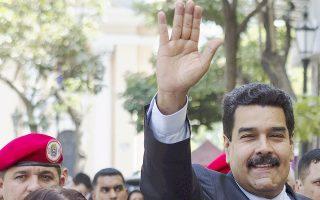 Ο πρόεδρος της Βενεζουέλας Νικολάς Μαδούρο προσέρχεται στην καγκελαρία του Καράκας με τη σύζυγό του, Σίλια Φλόρες.