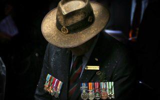 ANZAC Day. Στις 25 Απριλίου τόσο στην Αυστραλία όσο και στην Νέα Ζηλανδία γιορτάζεται η ANZAC Day (Australian and New Zealand Army Corps), ουσιαστικά ημέρα μνήμης για τους πεσόντες στρατιώτες, με ημερομηνία ορόσημο την απόβαση στην Καλλίπολη. Ήταν η πρώτη φορά που τα δυο κράτη (η Αυστραλία και η Νέα Ζηλανδία το 1915 ήταν αποικίες της Μεγάλης Βρετανίας ) υπέστησαν τέτοιες απώλειες ( 8.709 στρατιώτες της Αυστραλίας και 2.721 από την Νέα Ζηλανδία) και με τα χρόνια η ημερομηνία αυτή έγινε ημέρα μνήμης για όλους τους πεσόντες στρατιώτες. Εντυπωσιακή όμως είναι όχι μόνο η τεράστια συμμετοχή του κόσμου, αλλά η συμμετοχή των νέων ανθρώπων τόσο στις παρελάσεις αλλά και στις αγρυπνίες με έκδηλη την συγκίνηση. Φαίνεται σε αυτά τα απομακρυσμένα κομμάτια γης από την Ευρώπη, κρατιέται ζωντανή ακόμη  η σύνδεση με τα έθνη που κάποτε πολέμησαν μαζί για την απόκτηση και την υπεράσπιση της ελευθερίας. Ένας βετεράνος παρελαύνει, φορτωμένος παράσημα στην βροχή. REUTERS/David Gray