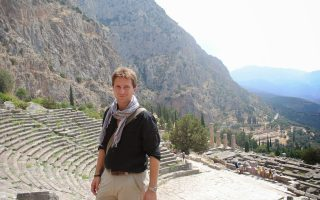 Ο Μάικλ Σκοτ στους Δελφούς. Διδάσκει Κλασική Iστορία στο Πανεπιστήμιο του Warwick.