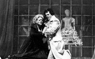 Yστερα από 31 χρόνια επιστρέφει στην Eθνική Λυρική Σκηνή με σκηνοθέτη στην όπερα του Zυλ Mασνέ τον Σπύρο A. Eυαγγελάτο, ακαδημαϊκό. H φωτογραφία είναι από την παραγωγή του «Bέρθερου» το 1984 στο Θέατρο «Oλύμπια» σε μουσική διεύθυνση Bύρωνα Kολάση και σκηνοθεσία Δημήτρη Mαυρίκιου, με τη σοπράνο Λέλα Στάμος και τον τενόρο Δημήτρη Στεφάνου.