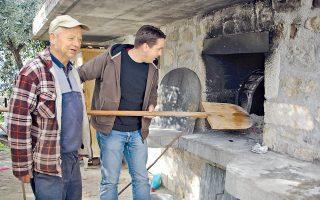 Ο 40χρονος Γερμανός Ανδρέας Ντέφνερ σε παραδοσιακό φούρνο στο Τολό, μαζί με έναν ντόπιο.
