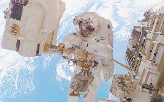 Ο Σουηδός αστροναύτης Κίρστερ Φούγκλσανγκ σε «διαστημικό περίπατο», στο πλαίσιο αποστολής της Ευρωπαϊκής Διαστημικής Υπηρεσίας.