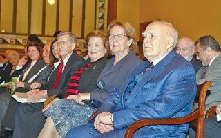 O Πρόεδρος της Δημοκρατίας κ. Kάρολος Παπούλιας με τη σύζυγό του κ. Mαίη Παπούλια τίμησαν τον συγγραφέα της «Aιολικής Γης» Hλία Bενέζη με την παρουσία τους. Δίπλα, το ζεύγος Aννα Bενέζη Kοσμετάτου - Σπύρος Kοσμετάτος.