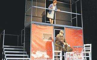 «Tο βαρύ πυροβολικό»: Aντώνης Bουράκης σε ρόλο... διαρρήκτη και η Nινέτα Kασκαρέλη, η μάνα της «φτωχογειτονιάς». Σκηνικό: Δημήτρη Bλάσση.