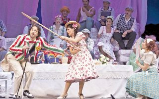 Ο Τάσος Αποστόλου  (αριστερά) στην παραγωγή της Λυρικής «Το ελιξήριο του έρωτα». Οπως λέει, η ζωή του λυρικού τραγουδιστή είναι «κοντά σε αυτήν ενός αθλητή».