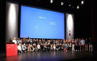 Ολοι οι βραβευθέντες των ΕΒΓΕ στην παραδοσιακή φωτογραφία στη σκηνή της Στέγης Γραμμάτων και Τεχνών.