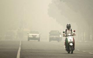 Το πυκνό νέφος αιθαλομίχλης που σκεπάζει την πόλη Πικάν Μπαρού, στην ινδονησιακή επαρχία του Ριάου, δεν απειλεί μόνο την υγεία των κατοίκων της περιοχής, αλλά και το μακρινό δυτικό ημισφαίριο. Σύμφωνα με πρόσφατη επιστημονική μελέτη, η ασιατική ρύπανση μπορεί να ευθύνεται εν μέρει για την ενίσχυση ακραίων καιρικών φαινομένων στην Ευρώπη και στις άλλες περιοχές του Βορρά.