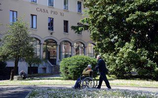 Στους ειδυλλιακούς κήπους του οίκου ευγηρίας και αποκατάστασης «Αγία Τριάδα» στο Τσεζάνο Μποσκόνε, λίγο έξω από το Μιλάνο, με 2.000 υπερήλικες και αναπήρους, θα εκτίσει την ποινή του ενός έτους κοινωφελούς εργασίας ο πρώην πρωθυπουργός της Ιταλίας, Σίλβιο Μπερλουσκόνι. Η συμβολική, αλλά άκρως εξευτελιστική ποινή που επιβλήθηκε στον δισεκατομμυριούχο 77χρονο πρώην πρωθυπουργό από δικαστήριο του Μιλάνου προβλέπει ότι ο Μπερλουσκόνι οφείλει να εργάζεται στον οίκο ευγηρίας μία φορά την εβδομάδα και όχι λιγότερο από τέσσερις ώρες.
