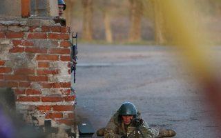 Ουκρανός στρατιώτης σημαδεύει φιλορώσους διαδηλωτές, που έχουν συγκεντρωθεί έξω από την αεροπορική βάση του Κραματόρσκ. Προηγήθηκε η ανακατάληψη του αεροδρομίου από τον ουκρανικό στρατό, στο πλαίσιο της «αντιτρομοκρατικής επιχείρησης», την οποία διέταξε η κυβέρνηση του Κιέβου. Χθες βράδυ, ο πρόεδρος Ολεξάντερ Τουρτσίνοφ διαβεβαίωσε το Κοινοβούλιο ότι οι φιλορώσοι στασιαστές θα εκδιωχθούν απ' όλα τα κατειλημμένα δημόσια κτίρια της Ουκρανίας.