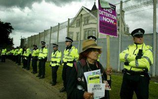 Διαμαρτυρία κατά της κράτησης αιτουμένων ασύλου στο Ντανγκάβελ της Σκωτίας.
