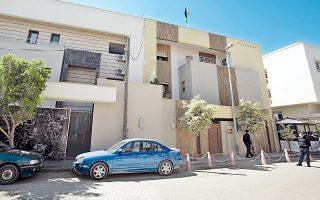 Λίβυοι αστυνομικοί μπροστά στην πρεσβεία της Ιορδανίας στην Τρίπολη, μετά την απαγωγή του πρέσβη.