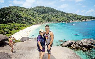 Δεν συρρέουν μόνο στη βόρεια Ταϊλάνδη οι Κινέζοι τουρίστες, αλλά όπως φαίνεται έχουν ανακαλύψει και τις ομορφιές των ταϊλανδικών νησιών τα οποία και επισκέπτονται με κάθε ευκαιρία, συχνά προς απόγνωση των ντόπιων.