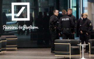 Γερμανοί αστυνομικοί στέκονται μέσα στα κεντρικά γραφεία της Deutsche Bank στη Φρανκφούρτη στο πλαίσιο έρευνας για φοροδιαφυγή το 2012.