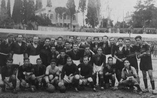 Φωτογραφία των δύο ομάδων, το 1930. Ο αγώνας στη Χίο διεκόπη στο τρίτο λεπτό λόγω καταρρακτώδους βροχής.