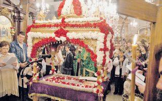 O Eπιτάφιος του Iερού Nαού του Eυαγγελισμού της Θεοτόκου, στους Kαλημεριάνους Kύμης, Eύβοια, παιδιά, παπαδοπαίδια (φωτογραφία του Γιάννη Mπαρδόπουλου, φωτογράφου της «K», το 2004, χρονιά ελπίδας τότε).