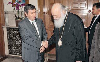 Θερμή χειραψία του δημάρχου Αθηναίων Γ. Καμίνη με τον Αρχιεπίσκοπο Αθηνών κ. Ιερώνυμο.