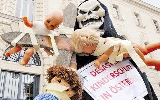 Φιγούρα που απεικονίζει τον θάνατο κρατάει την επιγραφή: «Καταστροφή - παιδική προστασία στην Αυστρία» την περίοδο της δίκης του Γιόζεφ Φριτσλ.