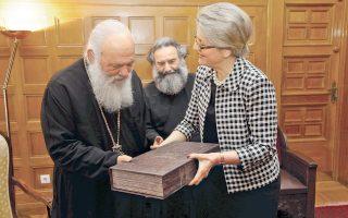 Η έκδηλη αυταρέσκεια στο ύφος της Φωτεινής Τομαή είναι κάτι απολύτως φυσικό και σύνηθες για την ίδια, μολονότι κατά κανόνα άνευ λόγου. Εν προκειμένω, όμως, έχουμε την εξαίρεση στον κανόνα. Διότι η κυρία παραδίδει στον Αρχιεπίσκοπο Ιερώνυμο κάποιον σπάνιο τόμο. Υποθέτω, από την προσωπική συλλογή της...