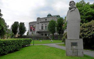 Το άγαλμα του Χένρικ Ιψεν στο ομώνυμο θέατρο στη Νορβηγία. Στα δοκίμιά του ο Γεώργιος Βιζυηνός ασχολείται σε βάθος με τον Ιψεν. Τα άπαντα του μεγάλου Νορβηγού στα ελληνικά ανακοίνωσαν οι εκδόσεις Gutenberg.