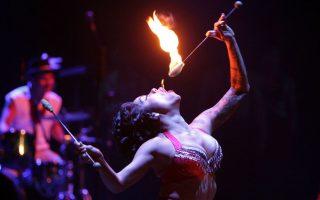 Το στόμα που βγάζει φωτιές. Συνεχόμενες πρόβες για την θεατρική ομάδα Strut&Fret Production από την Αυστραλία. Η ομάδα θα λάβει μέρος  στο Θεατρικό Φεστιβάλ της Μποκοτά, ένα μεγάλο  καλλιτεχνικό γεγονός με 45 διεθνείς και 39 εγχώριες παραγωγές. EPA/Mauricio Duenas Castaneda