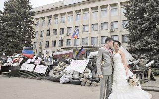 Σκηνικό γαμήλιας φωτογράφισης έγινε χθες το κατειλημμένο από ρωσόφωνους κυβερνητικό κτίριο του Κραματόρσκ στην Ανατολική Ουκρανία.