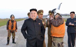 Ο Κιμ Γιονγκ Ουν, σε επίσκεψή του σε μονάδα της πολεμικής αεροπορίας της Βόρειας Κορέας.