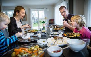 Πλούσιο το μεσημεριανό γεύμα για την οικογένεια Φρόγιελιν που ζει στη Σουηδία. Οι γονείς, εργαζόμενοι στον δημόσιο τομέα, δηλώνουν ότι νιώθουν ασφάλεια και ότι δεν επηρεάστηκαν από την οικονομική κρίση. Ακόμα και παρά το εκτενές κράτος πρόνοιας της χώρας, το κατά κεφαλήν ακαθάριστο εγχώριο προϊόν στη Σουηδία αυξήθηκε με ταχύτερους ρυθμούς από αυτό των ΗΠΑ. Οπως αποδεικνύεται από την ανάλυση οικονομικών στοιχείων που συγκεντρώθηκαν από τη LIS, η ομάδα που διατηρεί τη Βάση Δεδομένων Μελέτης Εισοδήματος Λουξεμβούργου, οι Αμερικανοί μεσοαστοί δεν είναι πλέον οι πλουσιότεροι του κόσμου.
