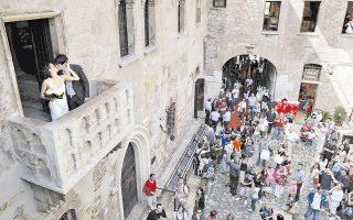 Το σπίτι της Ιουλιέτας στη Βερόνα φιλοξενεί το Μουσείο «Ρωμαίου και Ιουλιέτας» αφιερωμένο στο ομώνυμο έργο του Σαίξπηρ.
