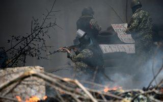 Στρατιωτικά γυμνάσια στα σύνορα με την Ουκρανία ξεκίνησε χθες η Ρωσία, εντείνοντας τις ανησυχίες για το ενδεχόμενο εισβολής. Είχε προηγηθεί επιχείρηση του ουκρανικού στρατού στα περίχωρα του Σλαβιάνσκ –απ' όπου και η φωτογραφία– στη διάρκεια της οποίας δύο ή, κατά άλλες πληροφορίες, πέντε αυτονομιστές σκοτώθηκαν. Ο Βλαντιμίρ Πούτιν προειδοποίησε ότι θα υπάρξουν «επιπτώσεις», ενώ το Κίεβο διεμήνυσε ότι ο στρατός είναι έτοιμος να υπερασπιστεί τη χώρα.