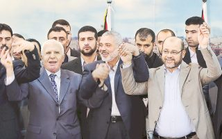 Ο αξιωματούχος της Φατάχ, Αζάμ αλ Αχμέντ (αριστερά), ο επικεφαλής της Χαμάς, Ισμαήλ Χανίγια (κέντρο), και το στέλεχος της οργάνωσης, Μούσα Αμπού Μαρζούκ (δεξιά), προχθές στη Γάζα κατά τη συμφωνία συνεργασίας.