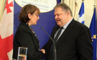 Ο υπουργός Εξωτερικών Ευάγγελος Βενιζέλος και η υπουργός Εξωτερικών της Γεωργίας, Μάγια Παντικίτσε, μετά τη συνάντησή τους στην Αθήνα την Τετάρτη 23 Απριλίου.