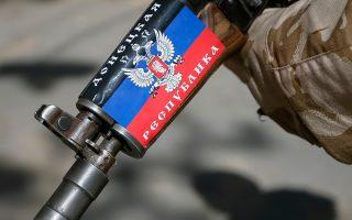 «Δημοκρατία του Ντονέτσκ» γράφει αυτοκόλλητο στο τουφέκι του αυτονομιστή, στο Σλαβιάνσκ.