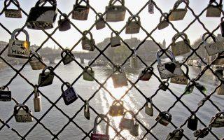 Χιλιάδες τα λουκέτα που «κοσμούν» τα κιγκλιδώματα της Γέφυρας των Τεχνών στο Παρίσι, σύμβολα αιώνιου έρωτα των ρομαντικών ζευγαριών.