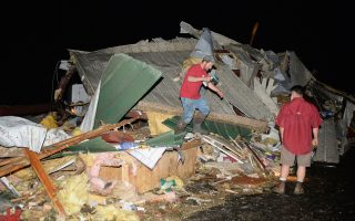 Σχεδόν ολοκληρωτική καταστροφή από τους ανεμοστρόβιλους και στην πόλη Μέιφλαουερ, ΒΔ του Λιτλ Ροκ, της πολιτειακής πρωτεύουσας του Αρκάνσας.