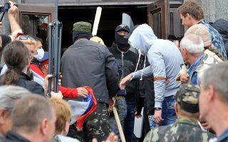 Αυτονομιστές εισβάλλουν στο κυβερνείο της πόλης Λουγκάνσκ.