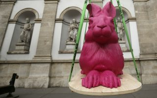 Όχι άλλο ένα Πασχαλινό κουνέλι. Ένας τεράστιος φούξια λαγός τοποθετείται έξω από το μουσείο Albertina της Βιέννης. Ο λαγός είναι αντίγραφο του φημισμένου έργου του Ντύρερ «Young Hare» και μετά από μια δεκαετία απουσίας από το κοινό, επιστρέφει για την έκθεση «The Origins of the Albertina-From Duerer to Napoleon». Η έκθεση θα διαρκέσει μέχρι τις 29 Ιουνίου. REUTERS/Leonhard Foeger